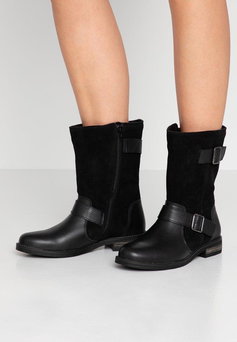 Clarks - DEMI FLOW - Vysoká obuv - black
