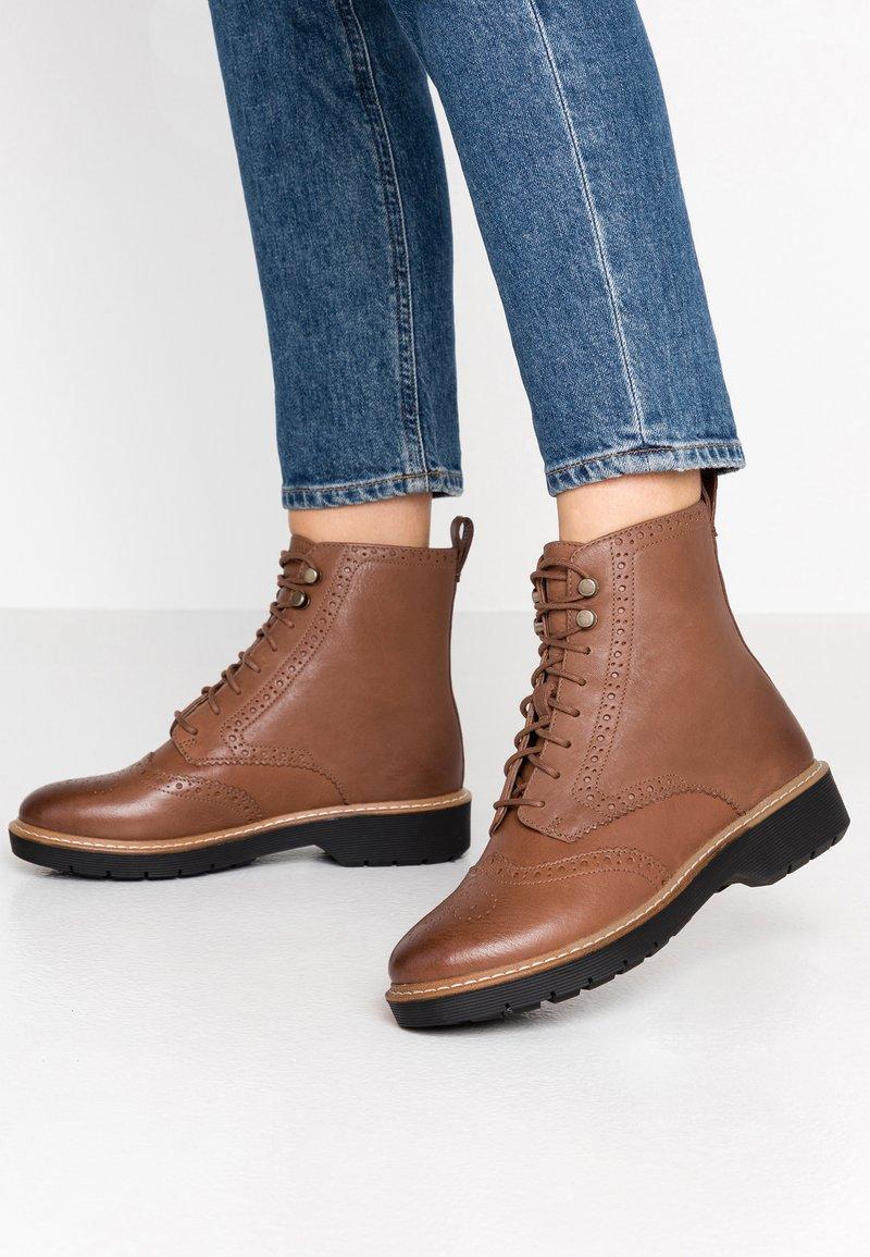 Clarks - WITCOMBE FLO - Šněrovací kotníkové boty - tan