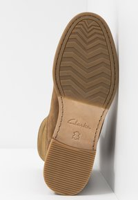 Clarks - CLARKDALEAXHOT - Støvletter - dark tan - 6