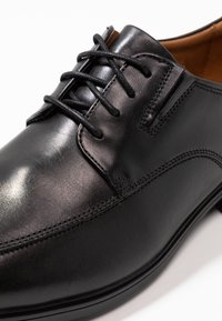 Clarks - TILDEN - Elegantní šněrovací boty - black - 5