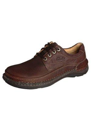 NATURE THREE - Zapatos con cordones - mahagony