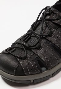 Clarks - BRIXBY COVE - Sandaalit nilkkaremmillä - black - 5