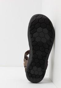 Clarks - STEP BEAT SUN - Chodecké sandály - brown - 4