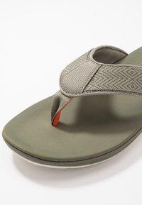 Clarks - STEP BEAT DUNE - Sandalias de dedo - dusty olive - 5