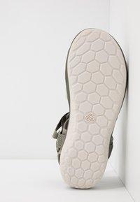 Clarks - STEP BEAT SUN - Chodecké sandály - dusty olive - 4