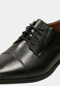 Clarks - TILDEN CAP - Klassiset nauhakengät - black - 5