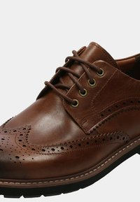 Clarks - BATCOMBE WING - Lace-ups - brown - 4