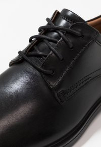 Clarks - UN ALDRIC LACE - Stringate eleganti - black - 5