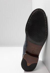 Clarks - FLOW TOP - Zapatos de vestir - navy - 4