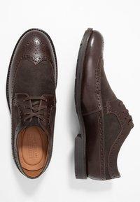 Clarks - RONNIE LIMIT - Eleganckie buty - dark brown - 1