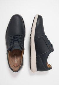 Clarks - LARVIK LACE - Chaussures à lacets - navy - 1