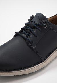 Clarks - LARVIK LACE - Chaussures à lacets - navy - 5