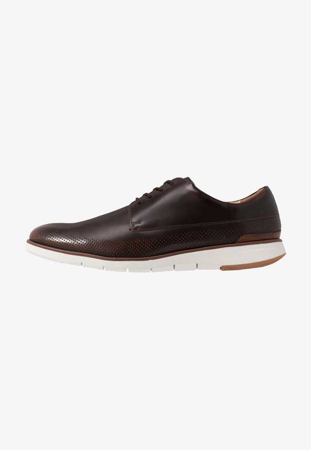 HELSTON WALK - Zapatos con cordones - dark tan