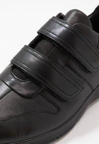 Clarks - UN TYNAMO TURN - Sneakers basse - black - 5