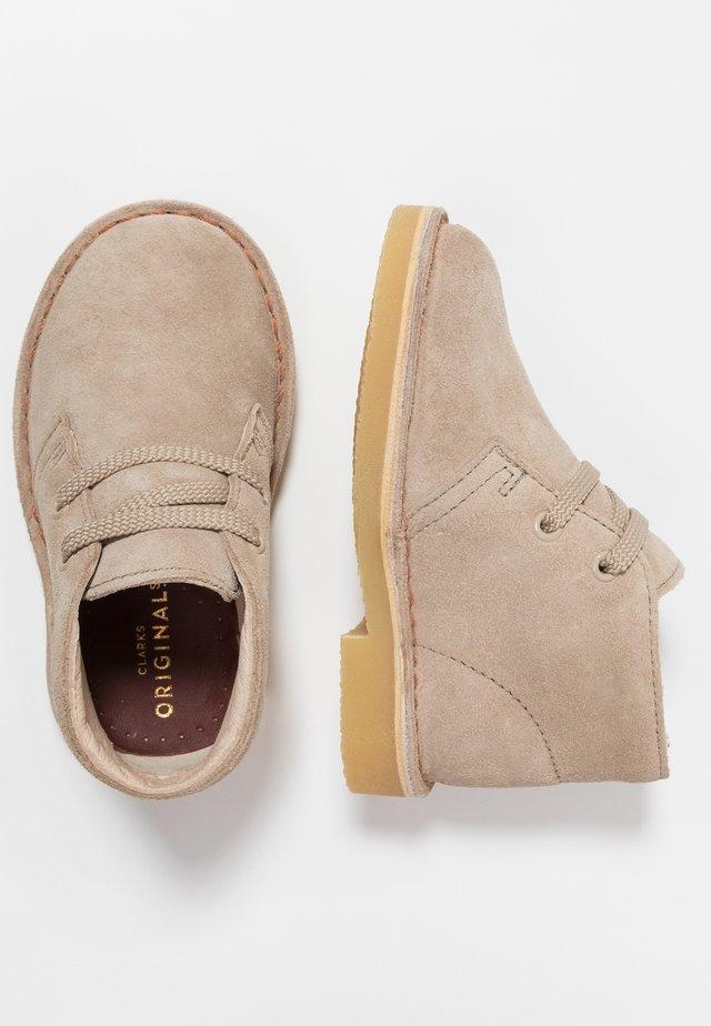 DESERT BOOT - Zapatos con cordones - sand