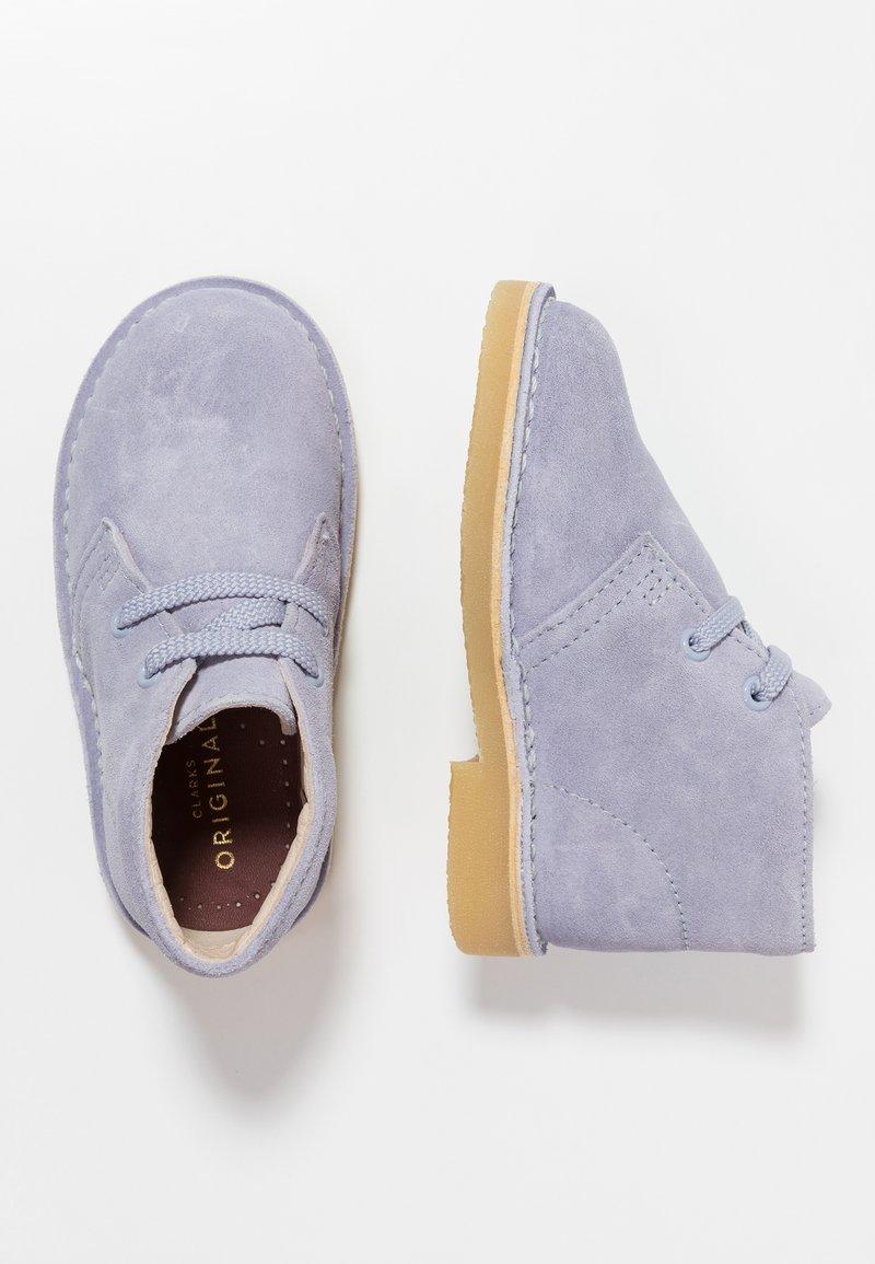 Clarks - DESERT BOOT - Chaussures à lacets - cool blue