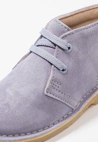 Clarks - DESERT BOOT - Chaussures à lacets - cool blue - 2