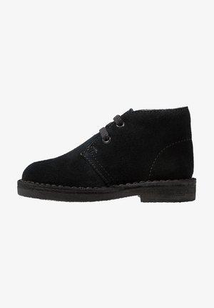 DESERT BOOT - Zapatos con cordones - black