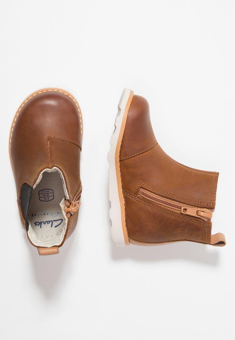 Clarks - CROWN HALO - Støvletter - tan