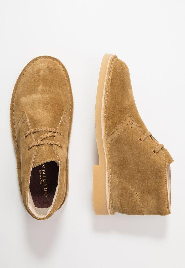 DESERT BOOT - Zapatos con cordones - oak
