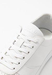 Clae - ALLEN - Trainers - white/silver - 2