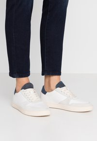 Clae - ALLEN - Trainers - white/navy/terry - 0