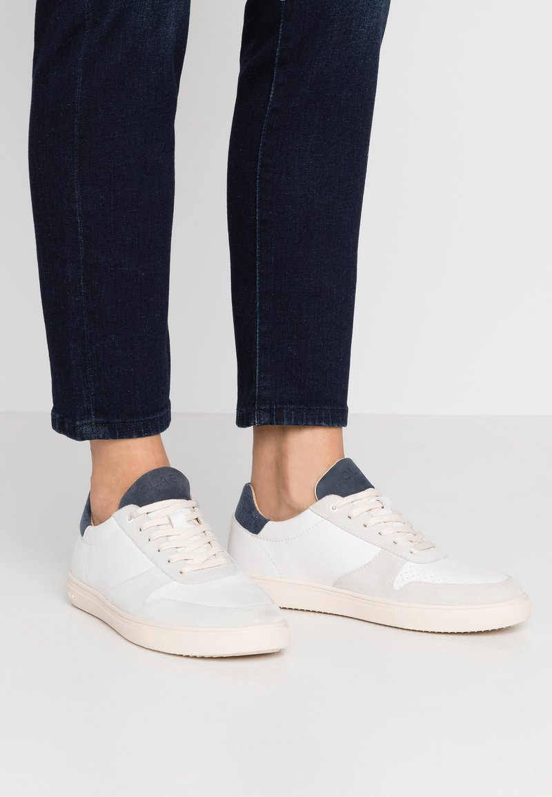 Clae - ALLEN - Trainers - white/navy/terry