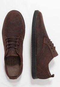 Clae - ELLINGTON  - Zapatos con cordones - umber - 1
