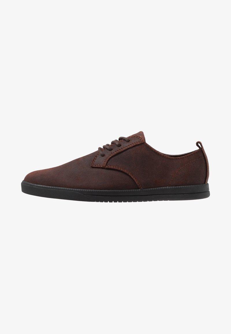 Clae - ELLINGTON  - Zapatos con cordones - umber
