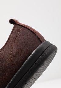 Clae - ELLINGTON  - Zapatos con cordones - umber - 5