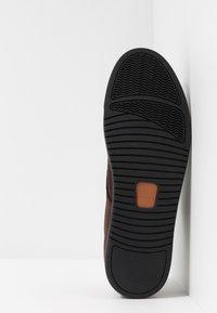 Clae - ELLINGTON  - Zapatos con cordones - umber - 4