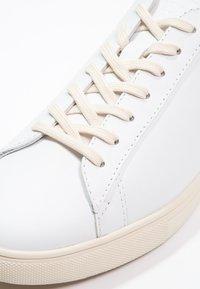 Clae - BRADLEY - Matalavartiset tennarit - white - 5