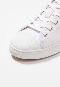 Clae - HERBIE - Trainers - white - 5