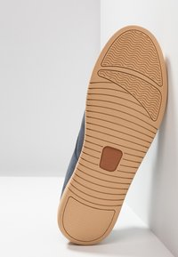Clae - ELLINGTON - Zapatos con cordones - deep navy/natural - 4