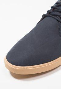 Clae - ELLINGTON - Zapatos con cordones - deep navy/natural - 5