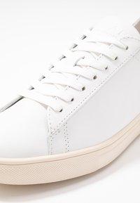 Clae - BRADLEY - Trainers - white/merlot gold - 6