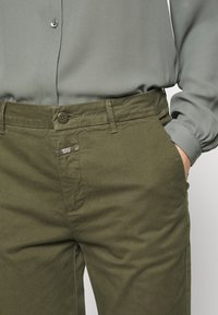 CLOSED - JACK - Chinos - olive - 3