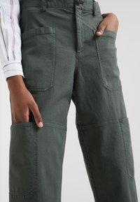 CLOSED - SISSIE - Pantalon classique - caper green - 4