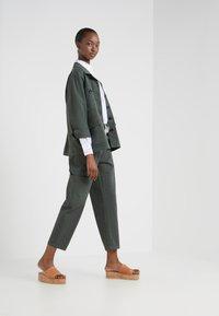 CLOSED - SISSIE - Pantalon classique - caper green - 1