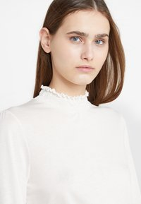 CLOSED - Langærmede T-shirts - blanched almond - 5