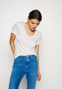CLOSED - WOMEN - Basic T-shirt - ivory - 3