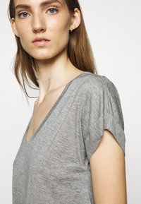CLOSED - WOMEN´S - Basic T-shirt - grey heather melange - 5