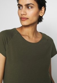 CLOSED - Basic T-shirt - shadow green - 4