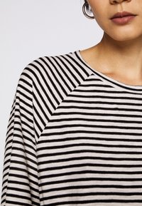 CLOSED - WOMEN´S - Long sleeved top - black - 5