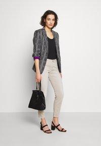 CLOSED - BAKER - Slim fit jeans - lama - 1