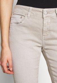 CLOSED - BAKER - Slim fit jeans - lama - 6