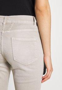 CLOSED - BAKER - Slim fit jeans - lama - 4