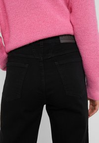 CLOSED - PEDAL PUSHER - Jeans Relaxed Fit - black - 3