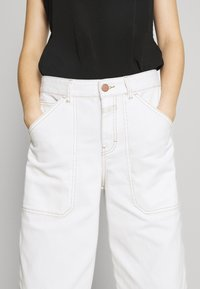 CLOSED - LEYTON - Relaxed fit jeans - ivory - 7