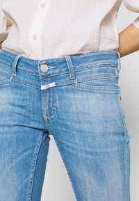 CLOSED - STARLET - Flared Jeans - mid blue - 5